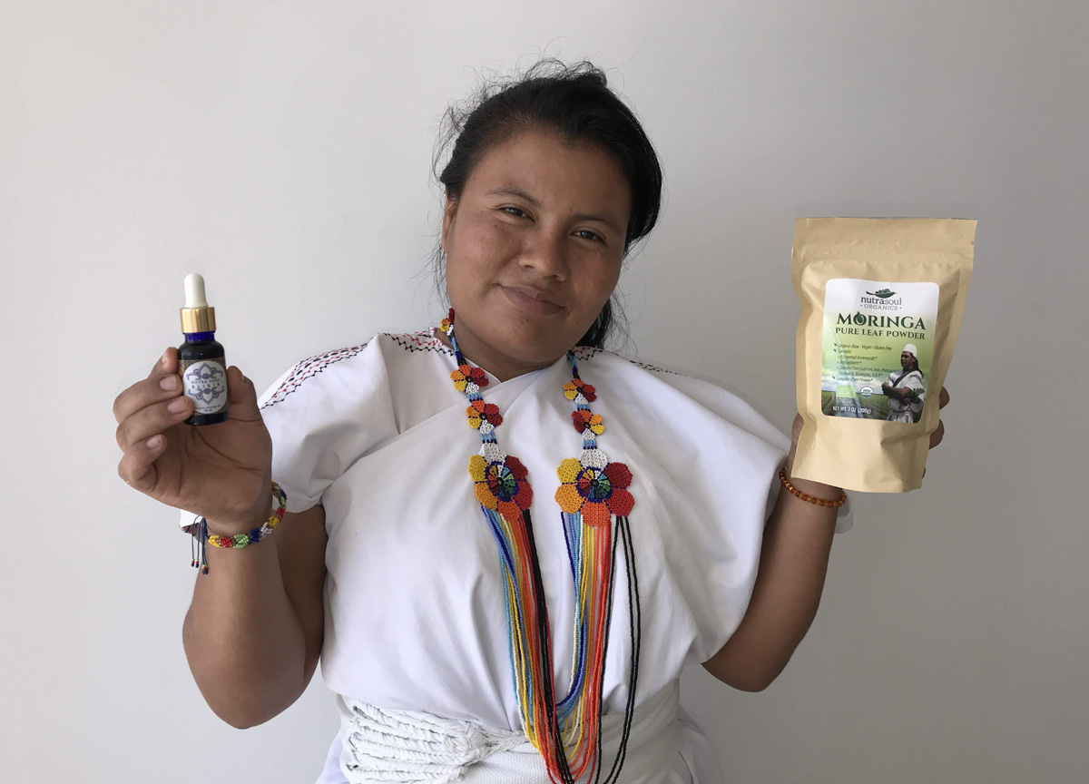Arhuaco woman showing the moringa product